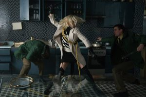 Lorraine Broughton (Charlize Theron) fights off attackers in Berlin - Atomic Blonde © Focus Features LLC