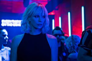 Lorraine Broughton (Charlize Theron) in a Berlin Bar - Atomic Blonde © Focus Features LLC